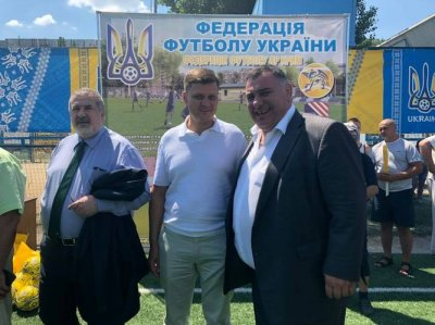 Народные депутаты побывали на футбольном поле «Освита»